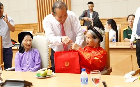 Phó Thủ tướng tặng quà mẹ Việt Nam anh hùng, gia đình liệt sĩ, người có công