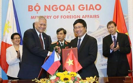 Ngoại trưởng Philippines thăm Việt Nam