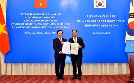 Phó Thủ tướng Phạm Bình Minh đón nhận Huân chương Quang Hoa của Chính phủ Hàn Quốc