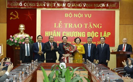 Trao tặng Huân chương Độc lập hạng Nhì cho nguyên Bộ trưởng Bộ Nội vụ Lê Vĩnh Tân