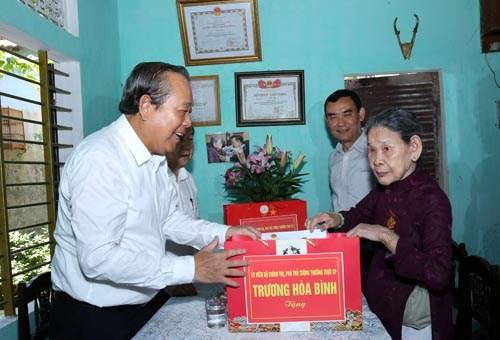 Phó Thủ tướng tặng quà mẹ Việt Nam anh hùng, gia đình liệt sĩ, người có công - ảnh 3