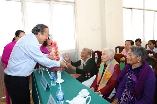 Phó Thủ tướng tặng quà mẹ Việt Nam anh hùng, gia đình liệt sĩ, người có công - ảnh 5