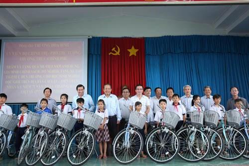 Phó Thủ tướng tặng quà mẹ Việt Nam anh hùng, gia đình liệt sĩ, người có công - ảnh 8
