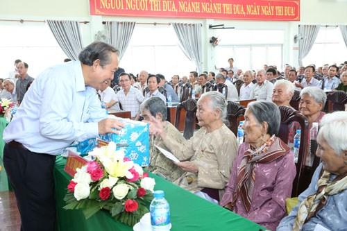 Phó Thủ tướng tặng quà mẹ Việt Nam anh hùng, gia đình liệt sĩ, người có công - ảnh 7