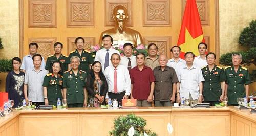 Phó Thủ tướng tặng quà mẹ Việt Nam anh hùng, gia đình liệt sĩ, người có công - ảnh 2