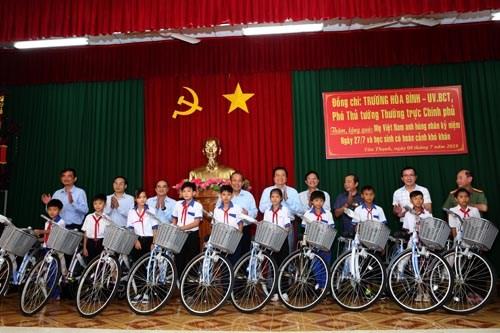 Phó Thủ tướng tặng quà mẹ Việt Nam anh hùng, gia đình liệt sĩ, người có công - ảnh 6
