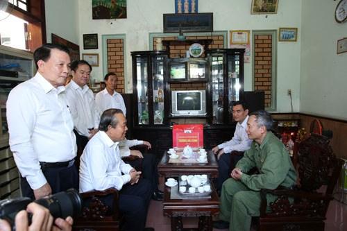 Phó Thủ tướng tặng quà mẹ Việt Nam anh hùng, gia đình liệt sĩ, người có công - ảnh 4