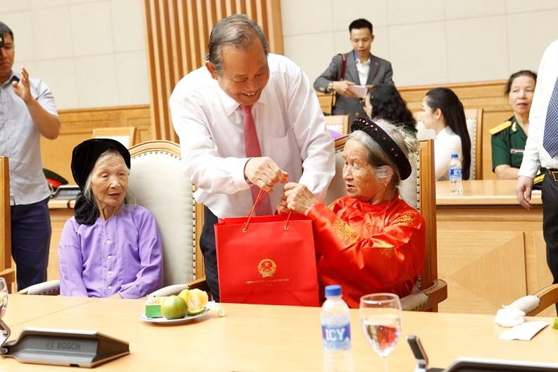 Phó Thủ tướng tặng quà mẹ Việt Nam anh hùng, gia đình liệt sĩ, người có công - ảnh 1