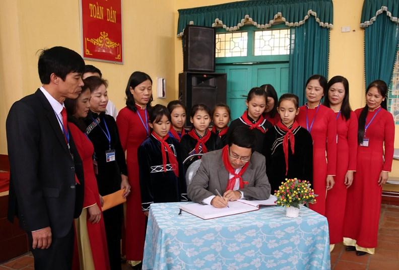 Phó Thủ tướng Phạm Bình Minh thăm Trường PTDT nội trú Nguyễn Bỉnh Khiêm - ảnh 8