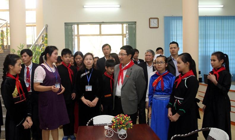 Phó Thủ tướng Phạm Bình Minh thăm Trường PTDT nội trú Nguyễn Bỉnh Khiêm - ảnh 13