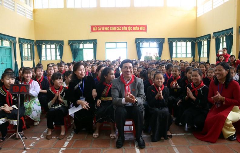 Phó Thủ tướng Phạm Bình Minh thăm Trường PTDT nội trú Nguyễn Bỉnh Khiêm - ảnh 10