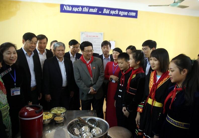 Phó Thủ tướng Phạm Bình Minh thăm Trường PTDT nội trú Nguyễn Bỉnh Khiêm - ảnh 12