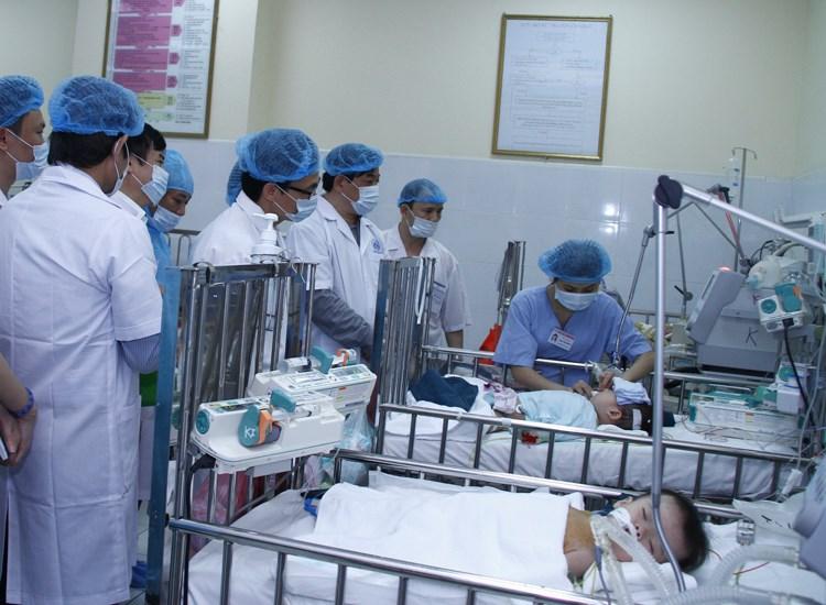 Phó Thủ tướng Vũ Đức Đam kiểm tra công tác điều trị bệnh sởi - ảnh 1