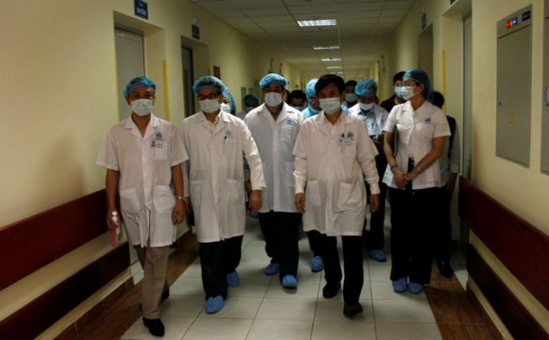 Phó Thủ tướng Vũ Đức Đam kiểm tra công tác điều trị bệnh sởi - ảnh 5